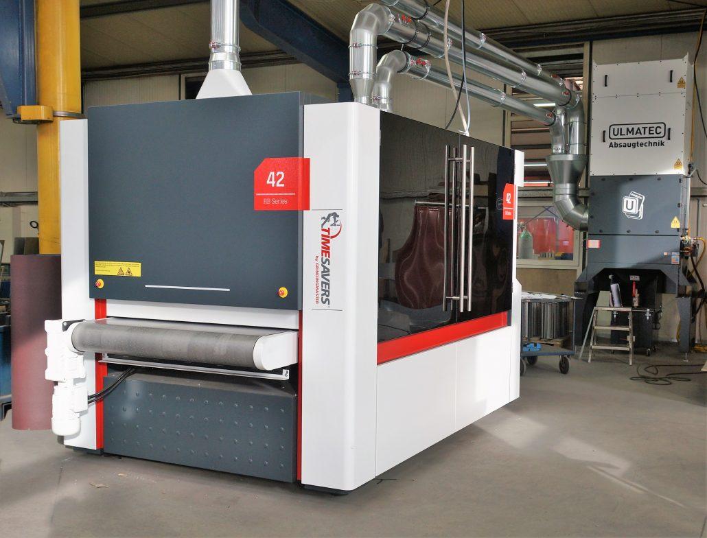 Die neue Schleifmaschinen mit der angebundenen Absaugung. Oberflächenbearbeitung aus dem Hause TimeSavers. Schleifen Entgraten
